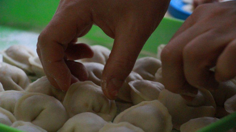 Plněných taštiček vyrobí v pirohárně U Kresowiaka stovky denně