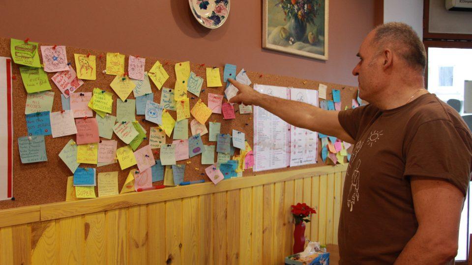 Návštěvníci nechávají na stěně pirohárny Vladimirovi a jeho ženě lístečky s pochvalami