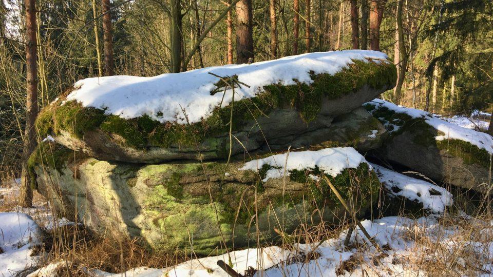 Po lese nad Břežany je velkých balvanů spousta
