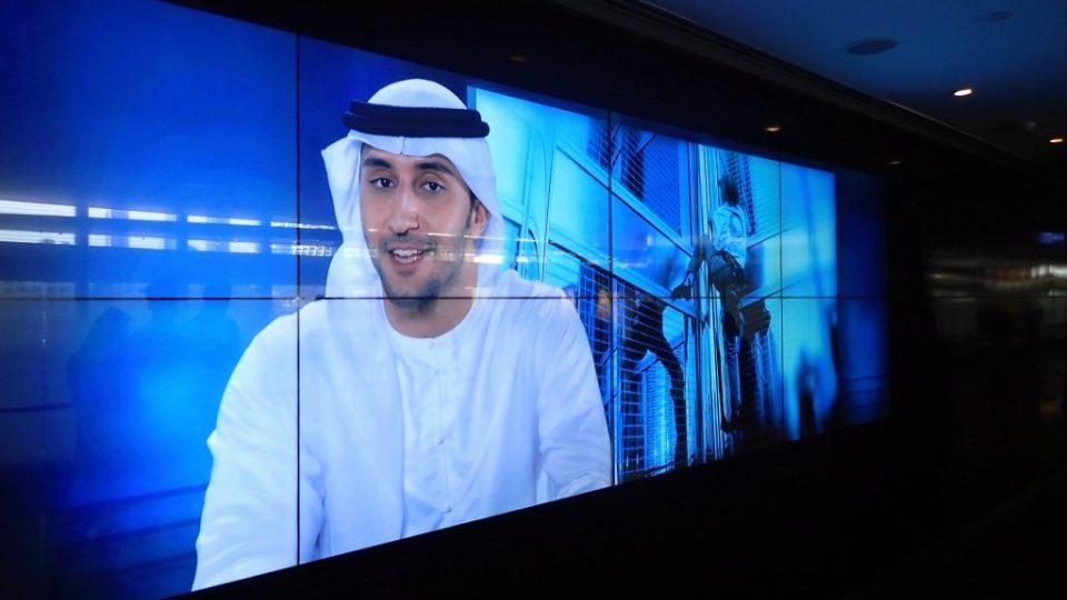 Velkoplošná obrazovka v přízemí mrakodrapu má zkrátit návštěvníkům čekání