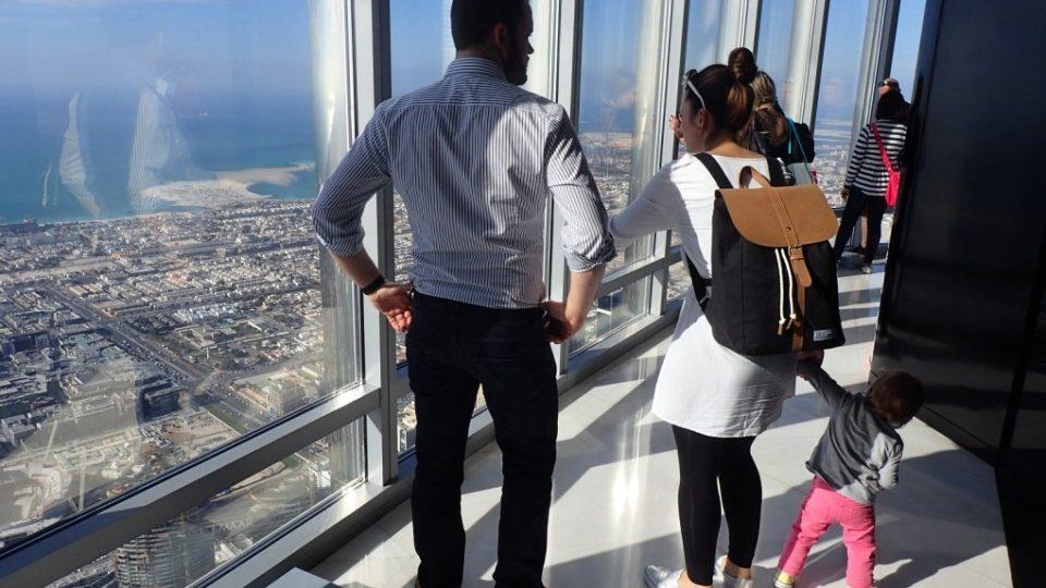 Návštěva vyhlídkového patra na mrakodrapu Burdž Chalífa patří k turistickým lákadlům Dubaje