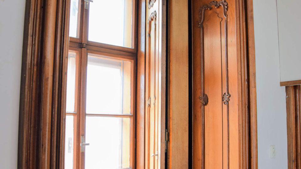 Původní obložení oken v pokoji, kde byl dříve fotoateliér