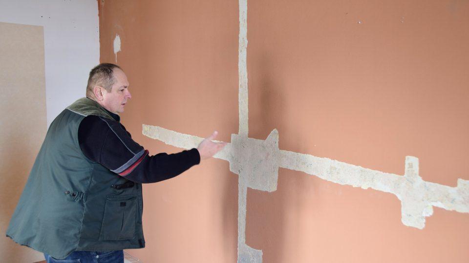 Bronislav Novosad ukazuje na místo, kde restaurátorka našla původní výzdobu