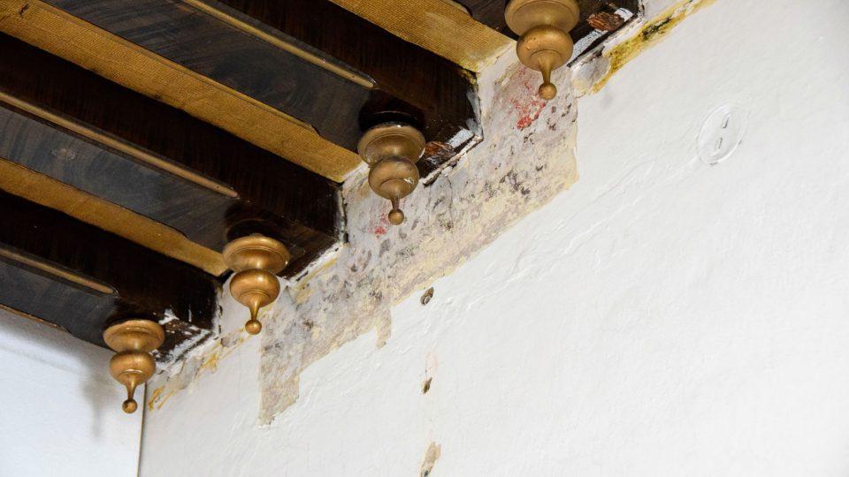 Odkrytá část původní výzdoby pokoje na zámku ve Studénce