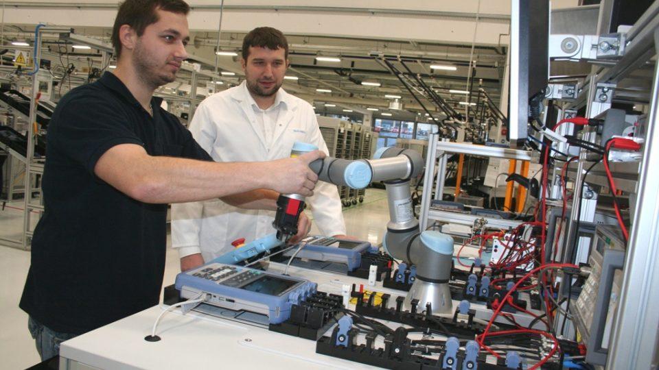 Robotickou ruku Martin Kudrle a Tibor Krejčí naprogramovali, aby pomáhala na pracovišti měření osciloskopů