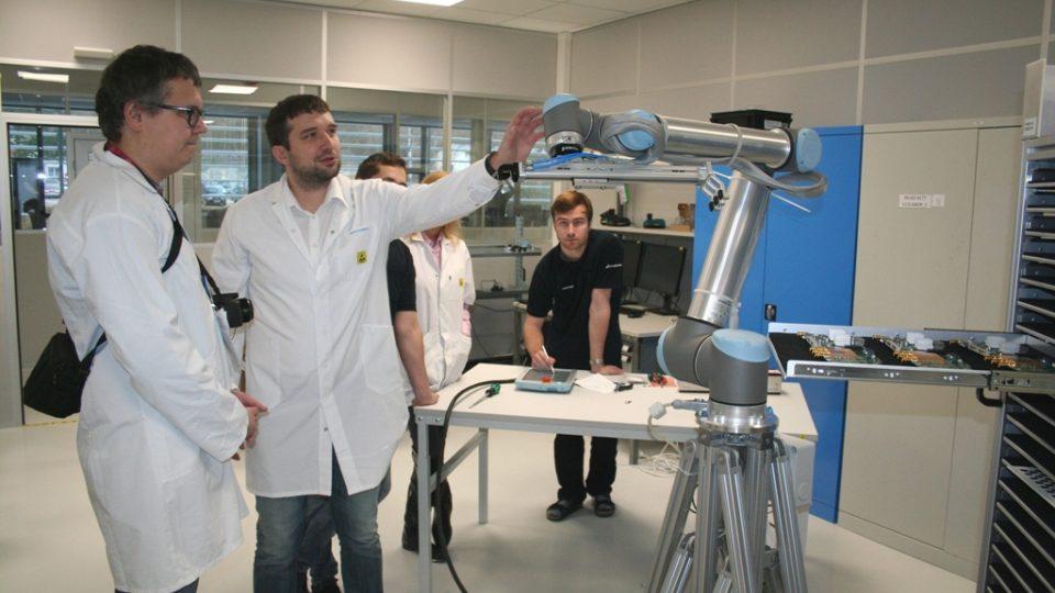Robotická ruka pomáhá ve firmě Rohde & Schwarz při testování elektronických měřicích přístrojů
