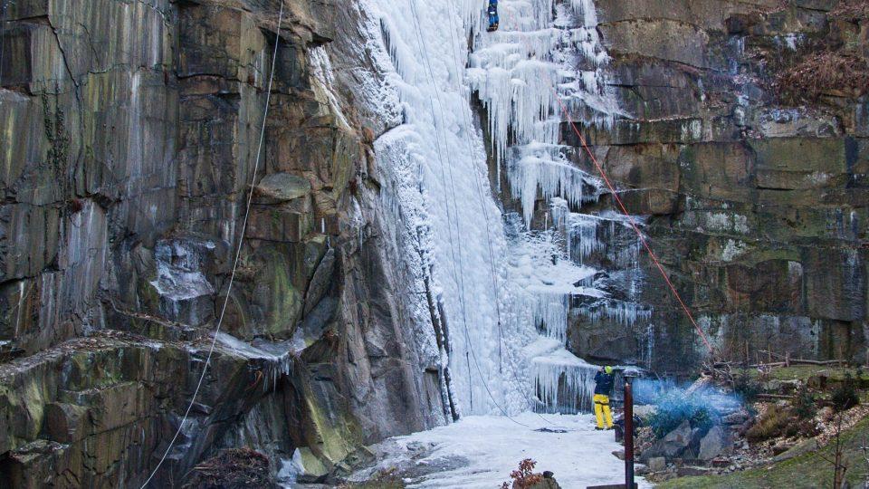 Ledová stěna v horolezecké aréně v Liberci