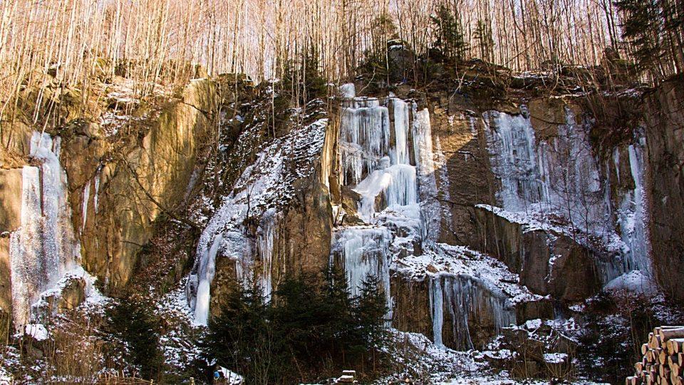 Ledová stěna v lomu v Oldřichově v Hájích je letos menší než obvykle