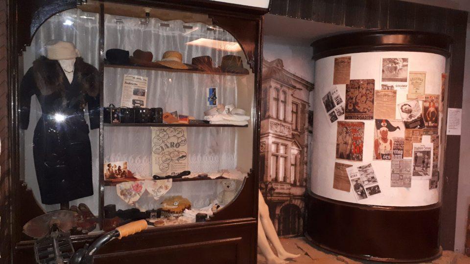 Expozice navazující zdánlivě poklidný život v předválečném Československu