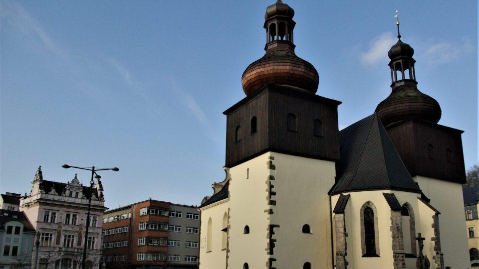 Vhodné místo pro lavičku se našlo u zrekonstruovaného kostela sv. Vavřince