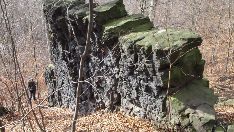 Nejvíc na skalních útvarech upoutá jejich nápadná podobnost se skutečnými zdmi