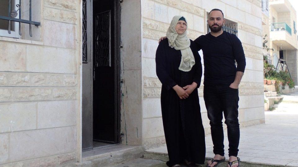 Zarífa Sulamánová a její syn Íháb před svým domem