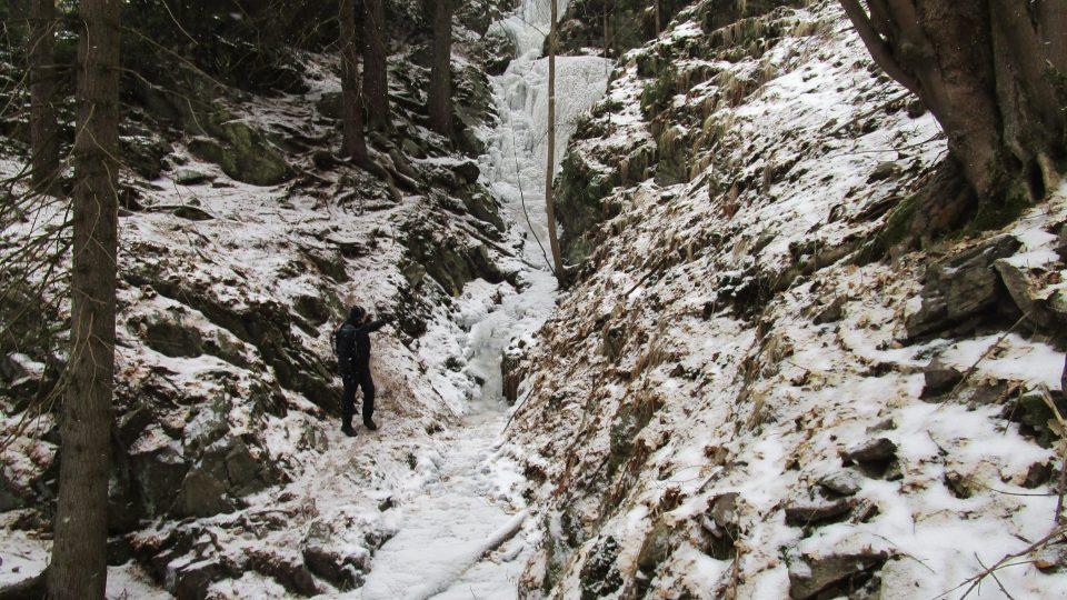 . V dlouhém kopci voda překonává čtyři stupně a dohromady padá z výšky asi 25 metrů