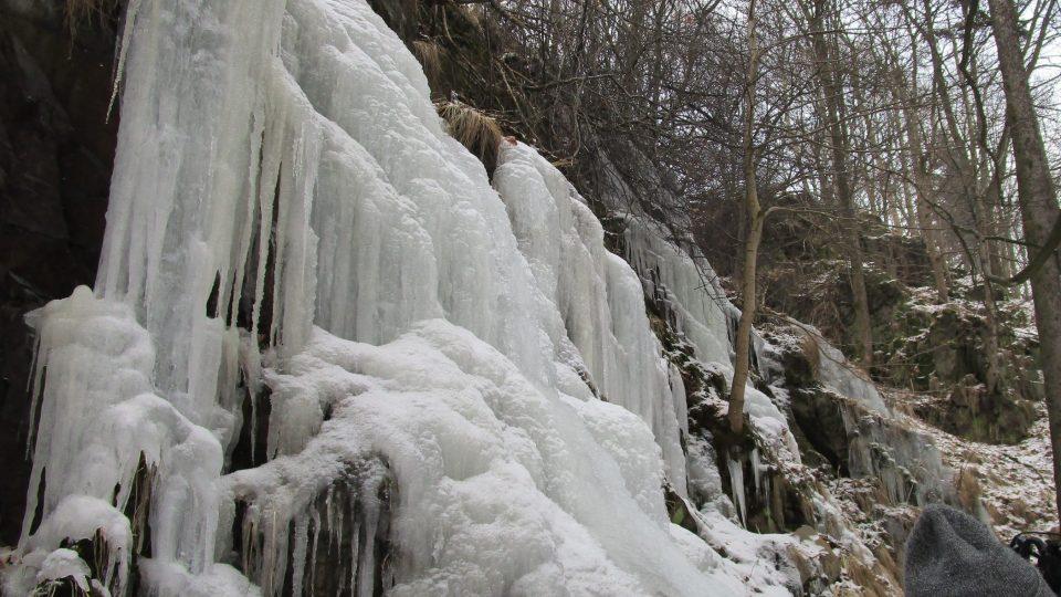 Kýšovické ledopády tvoří tři kaskády. V dlouhém kopci voda překonává čtyři stupně a dohromady padá z výšky asi 25 metrů. Horní část ledopádů je široká kolem 18 metrů