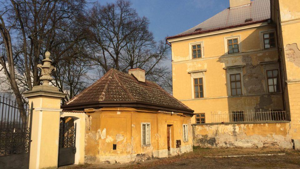 Jeden z bývalých deputátních domků, kde bydlela rodina sloužící na panství. Sovětským vojákům sloužil jako vrátnice