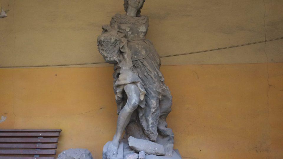 Jedna ze čtyř soch ze zdechovického parku zřejmě z dílny Matyáše Bernarda Brauna. Byla rozstřílená a bez hlavy, tu našli o půl roku později v Praze