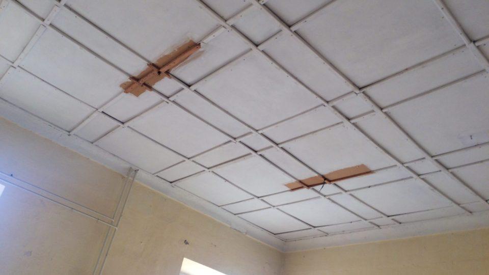 Kazetový strop ze sololitu, také dílo sovětského vojska