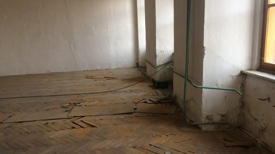 Parketovou podlahou přes celou místnost protažené ústřední topení