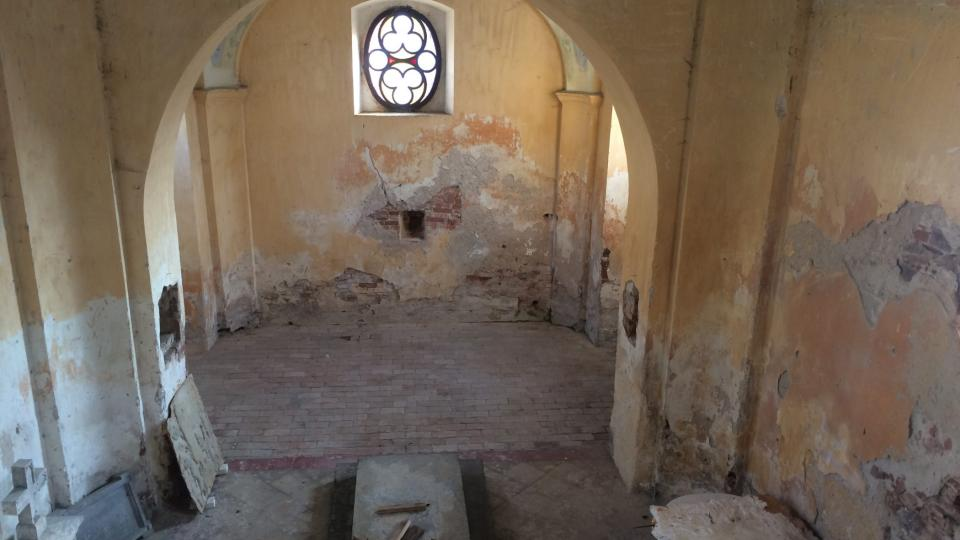 Pohled z kúru na zdevastovanou kapli, vojáci tam měli sklad obuvi, šatů a octa