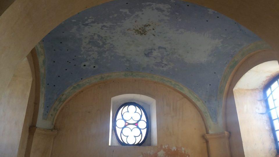 To málo, co se dochovalo z původní výzdoby kaple, vitrážové okno je nové
