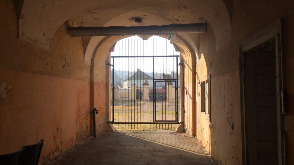 Východ ze zámku na přední nádvoří
