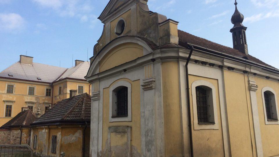 Zámecká kaple z pohledu z ulice