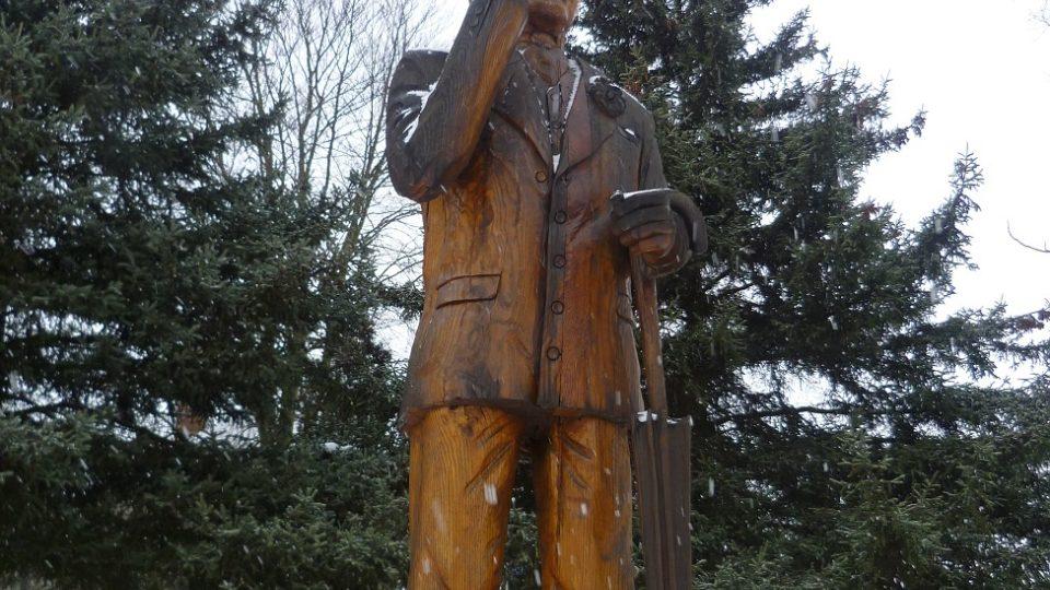 Socha je i s podstavcem vysoká přes 4 metry