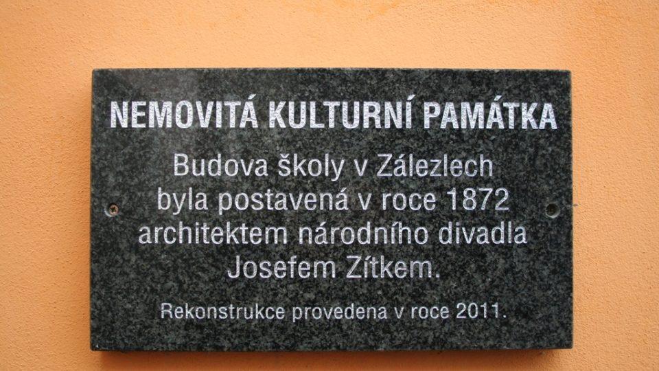 Budova bývalé školy v Zálezlech je nemovitou kulturní památkou. Obec ji proměňuje v turistickou ubytovnu