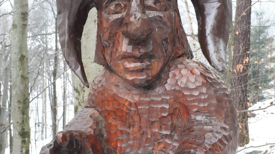 Každoročně se v Řece koná řezbářský plenér. A pár soch ozvláštňuje i Stezku pokladů Godula. Kamenný poklad třeba střeží tento permoník