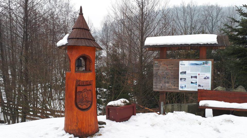 Na Godulu se můžete vydat po asfaltové silnici z Komorní Lhotky, nebo z Řeky po Stezce pokladů Godula