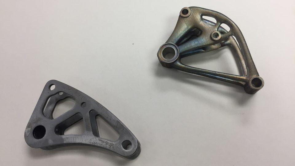 Vlevo vahadlo vyrobené tradičním způsobem, vpravo vahadlo zhotovené metodou 3D tisku
