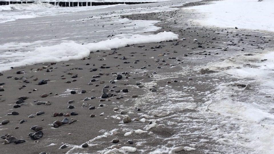 Dnes jezdí lidé za mořským ovzduším celoročně. Procházka po pláži působí blahodárně i v chladném březnovém počasí