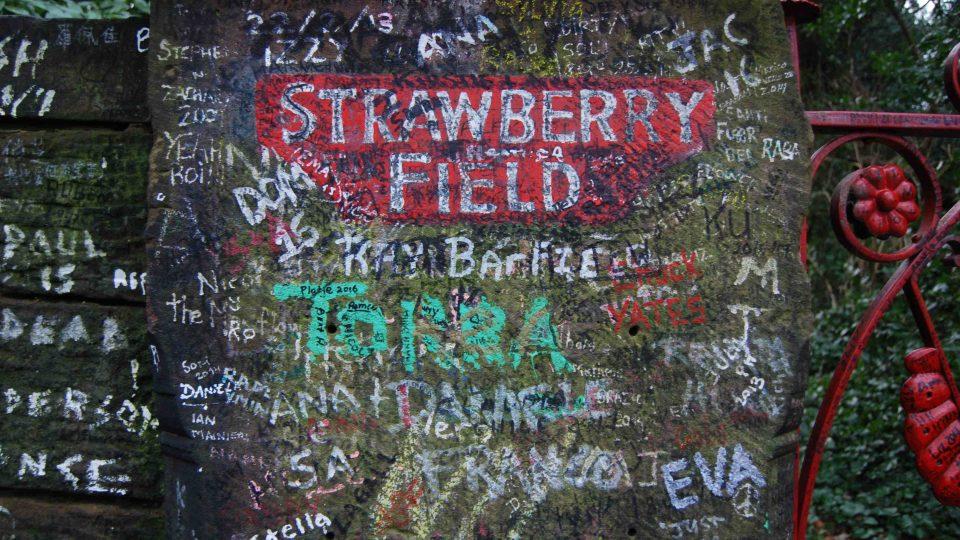 """I ve Strawberry Field mají svoji malou """"Lennonovu zeď"""""""