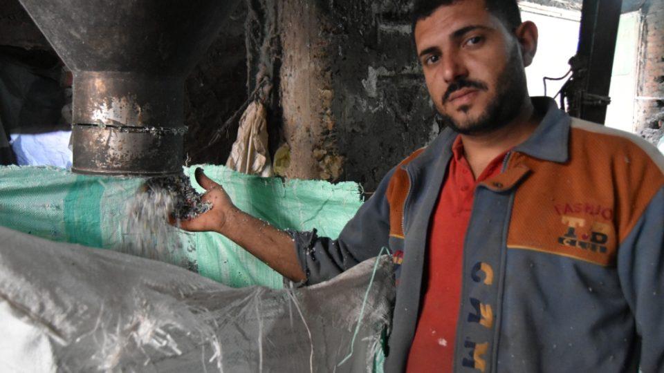 Igelitové tašky a sáčky stroj mění na plastovou drť určenou k dalšímu zpracování