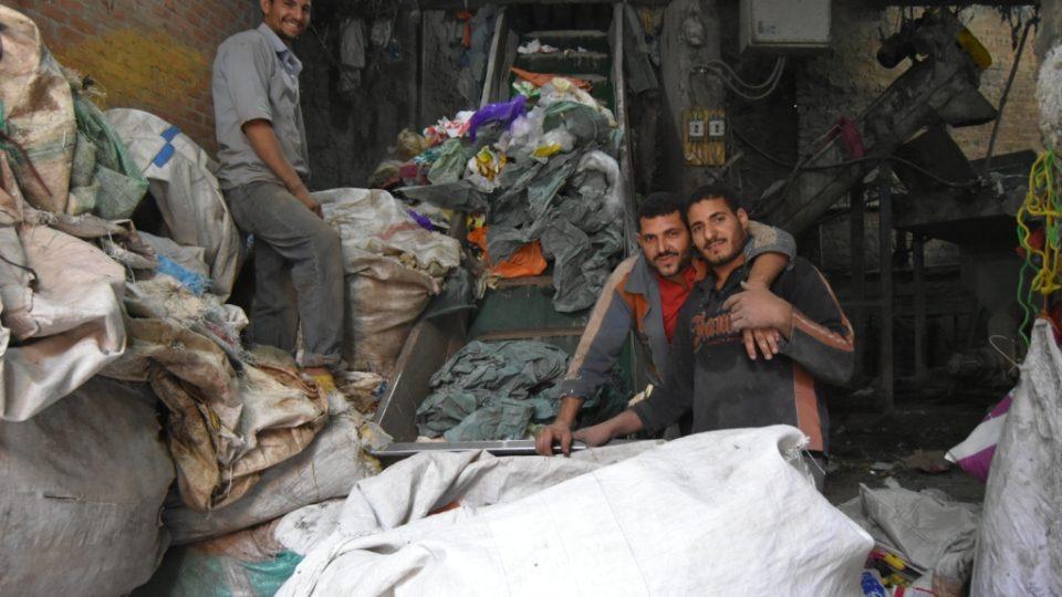 Káhirští třídiči odpadu denně ručně roztřídí až 12 tisíc tun odpadu. Také proto patří Egypt mezi světovou špičku v oblasti recyklace