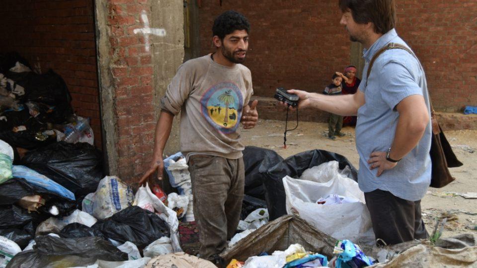 Štěpán Macháček při rozhovoru s třidičem odpadků Usámou, který se za svou práci nestydí