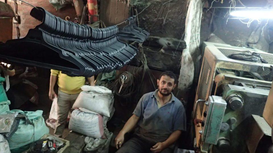 Walíd kupuje tunu plastové drtě z odpadků od třídičů za šest tisíc korun a denně z ní vylisuje tisíce ramínek