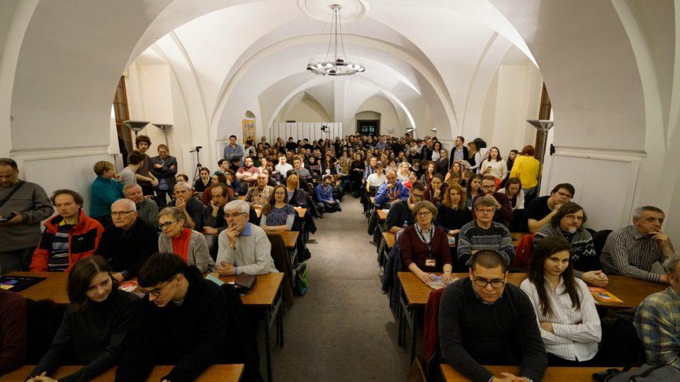 Zaplněný sál veřejné debaty