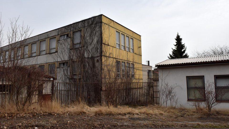 K převratnému objevu filmových a zvukových záznamů z politických procesů z 50. let došlo v opuštěné budově zkrachovalé továrny v Panenských Břežanech