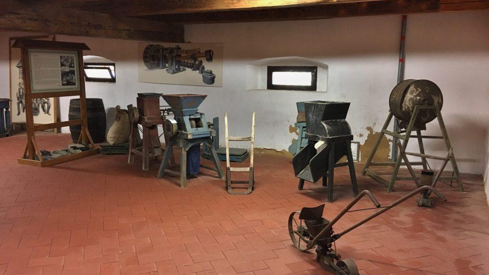 Ve špejcharu je i expozice zemědělské techniky minulosti