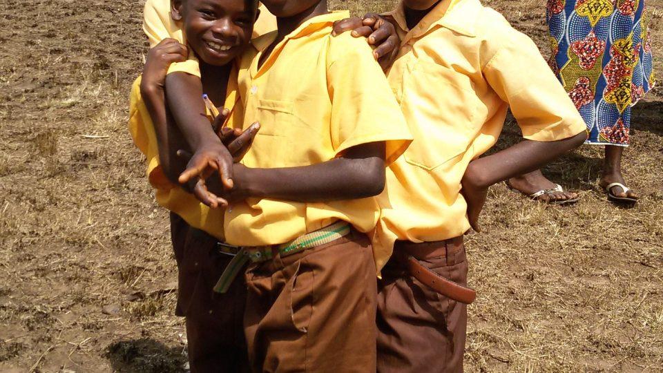 Děti ve školních uniformách čekají na vyučování