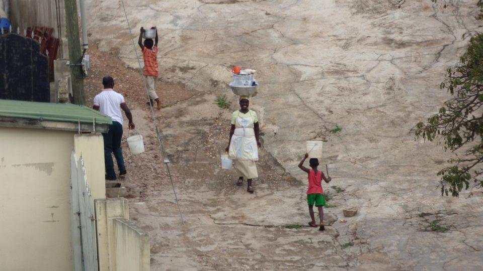 Pomáhání v domácnosti není bráno jako dětská práce. Studenti tak ještě před začátkem školy chodí pro vodu, vaří a uklízí