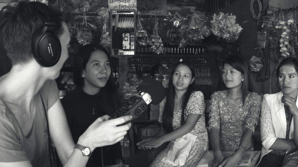 Natáčení s postiženými vesničankami