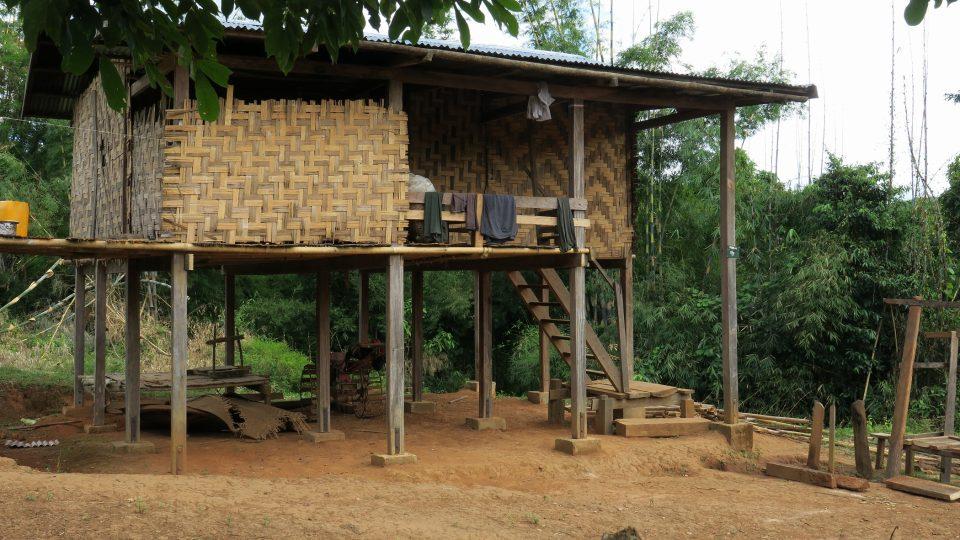Nový dům v tradičním stylu, jen patky jsou  modernizované
