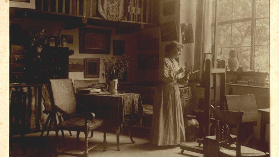 Historická fotografie Zdenky Braunerové v ateliéru