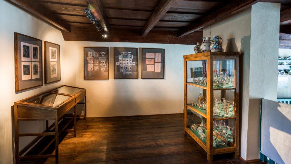 Horní patro na balkoně, kde Braunerová tvořila sklo vystavené ve vitríně