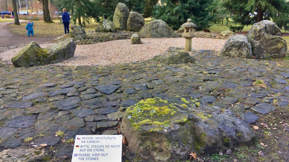 Do kamenné zahrady se nesmí vstupovat
