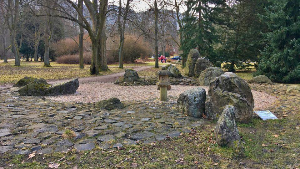 Kamenné zahradě vévodí budhova lampa