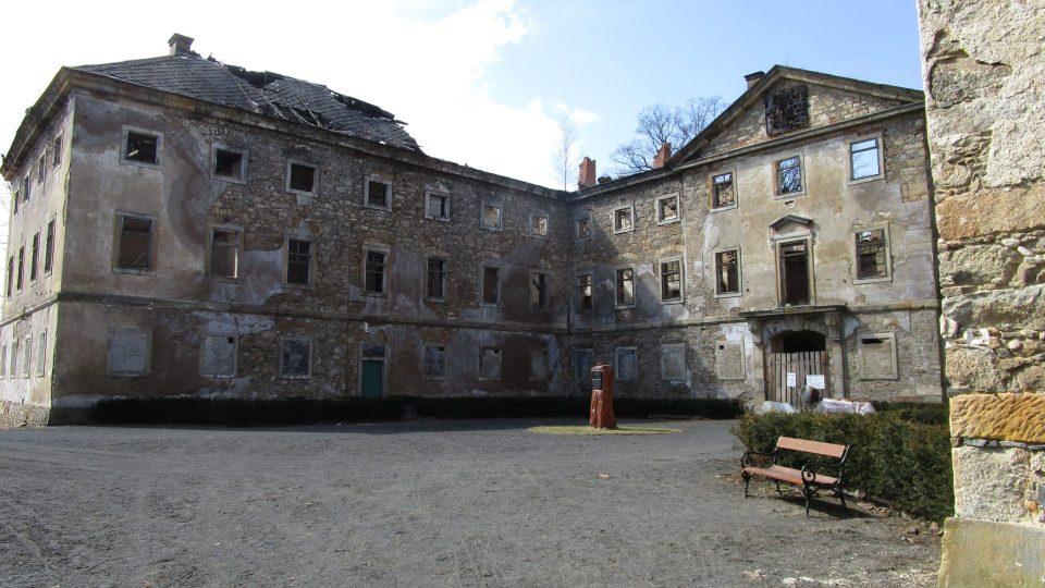 V devadesátých letech vypukl v zámku z nezjištěných příčin požár, který zničil střechu