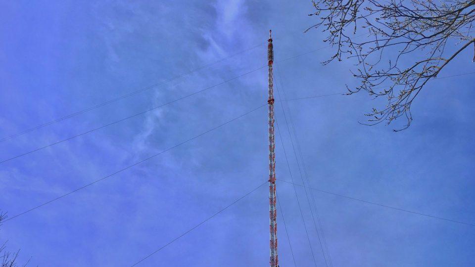 Sluneční hodiny tvoří telekomunikační stožár